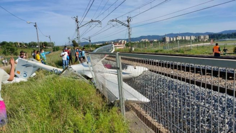 <span style='color:#780948'>ARCHIVED</span> - Light aircraft crashes onto train tracks in Girona, Catalunya