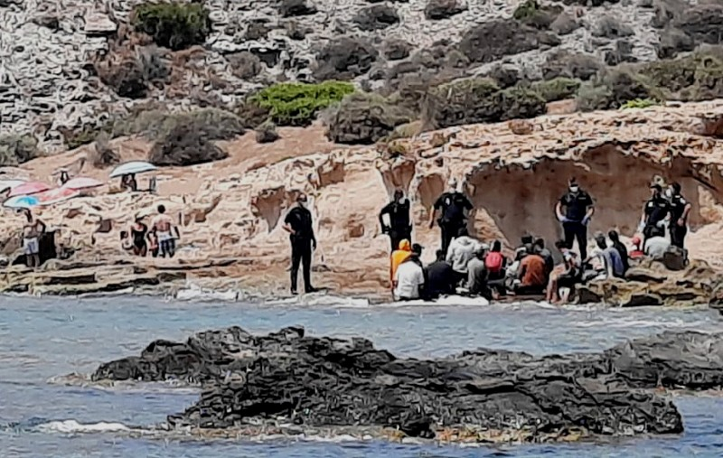 <span style='color:#780948'>ARCHIVED</span> - 155 illegal migrants reach Murcia this weekend and one corpse recovered